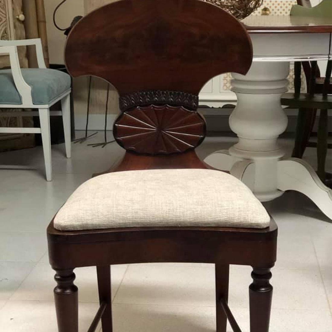 Cadeira antiga restaurada com tecido