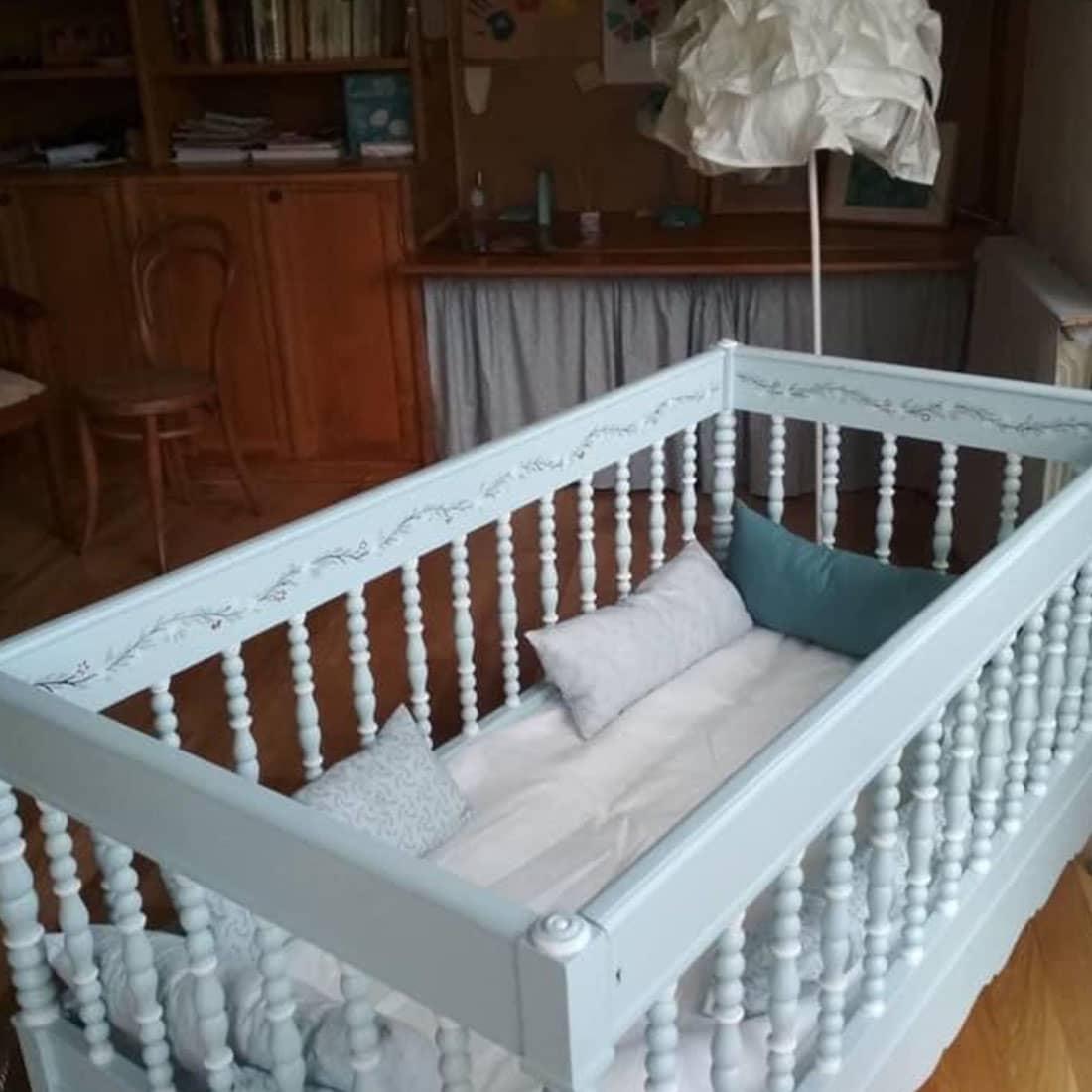 Cama de bébé restaurada e pintada 4