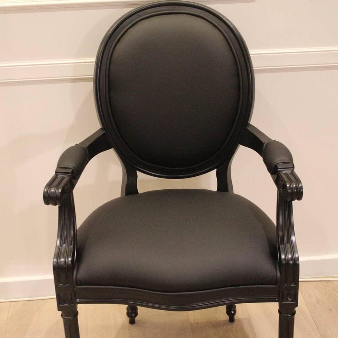Cadeira com braços em preto